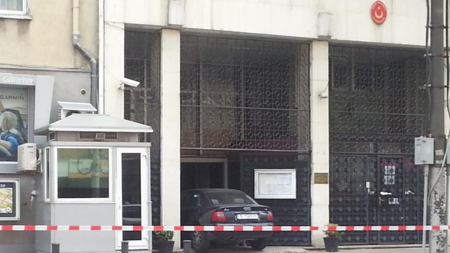 Без обвинение за врязалия се в турското посолство