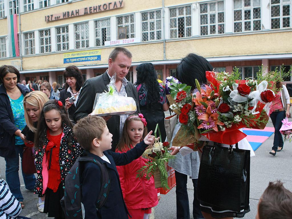 На първия учебен ден днес се очаква 63 596 първокласници да влязат в класните стаи в страната. В София учениците в първи клас ще са 11 800 или с около 700 ученици повече от миналата учебна година.