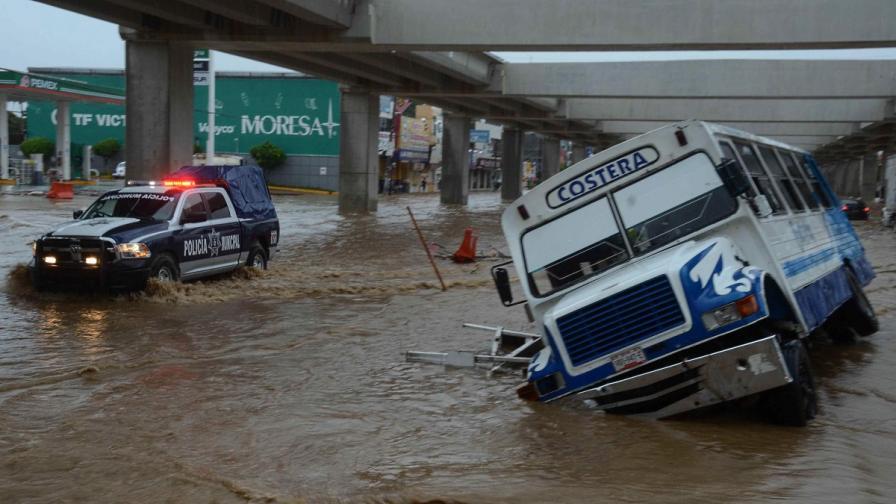 Две тропически бури удариха Мексико и взеха 50 жертви