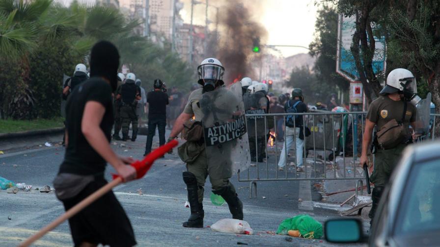 Полицията в Гърция използва сълзотворен газ на антифашистки протест
