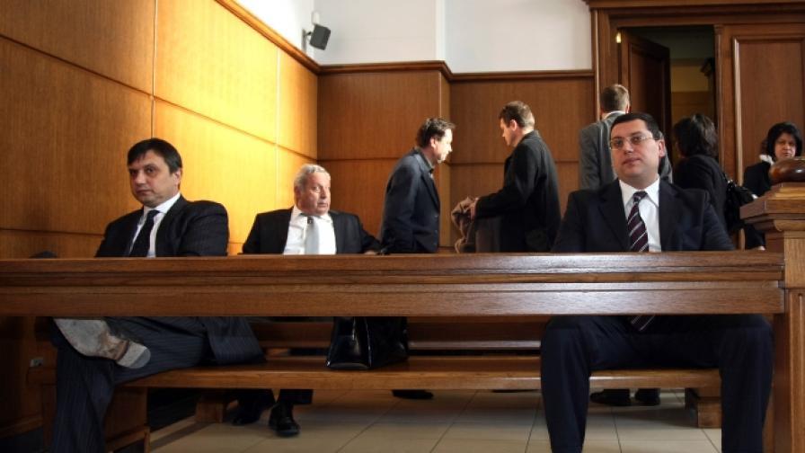 В съдебната зала - Людмил Стойков (л), Марио Николов (д). Фотография от март 2010 г.