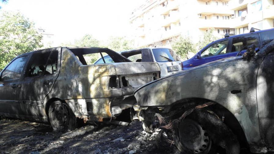 Три автомобила изгоряха тази нощ в Благоевград