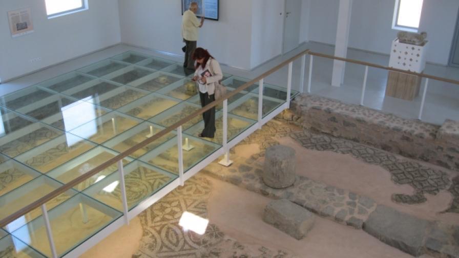 Условията за разглеждане на мозайките в Малката базиилика са уникални