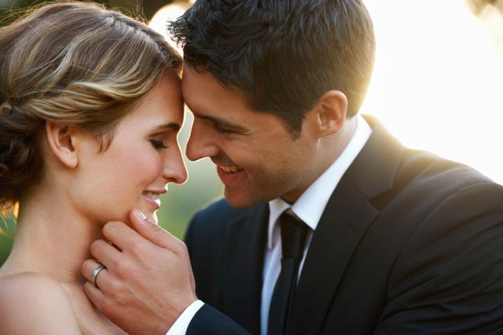 <p><strong>Да занемарят останалите си контакти</strong></p>  <p>Наслаждавайки се на взаимната си компания, социалният живот на партньорите може да пострада, а това задава вредни поведенчески модели&nbsp;занапред. Дискутирайте с партньора баланса в срещите с приятели и познати &ndash; както излизането поотделно, така и в двойка.</p>