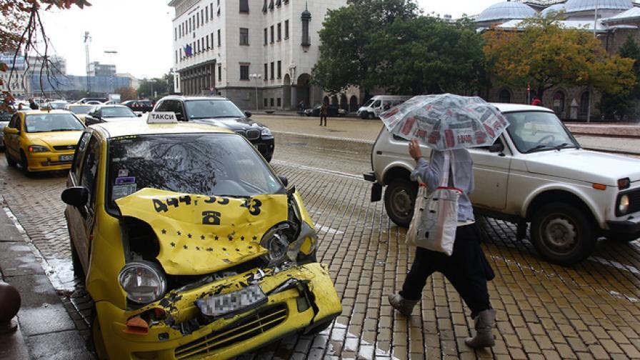 Такси и джип се сблъскаха пред БНБ