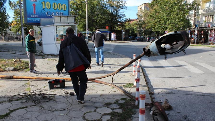 Огромен стълб се стовари на пешеходна пътека в Казанлък