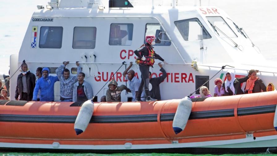 130 души загинаха при потъването на кораб с емигранти край Италия
