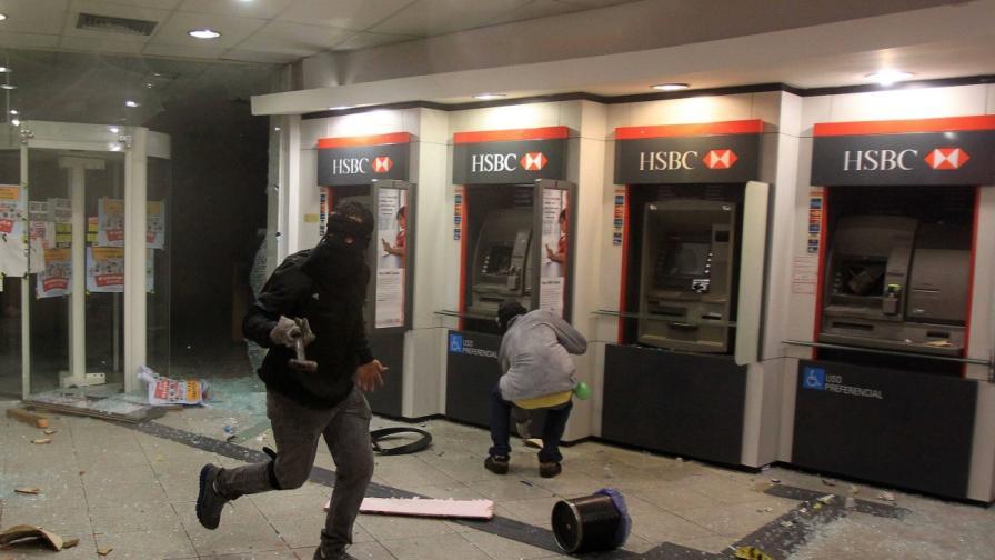 Протести в Бразилия приключиха с разграбването на банки