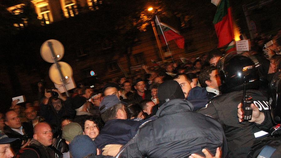 Освободени са шестимата задържани на снощните протести