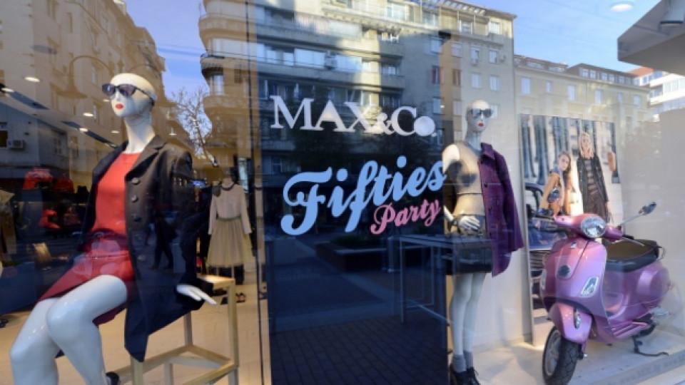 """Витрината на софийския магазин на """"Макс и Ко."""" също бе преобразена в стила на 50-те години"""