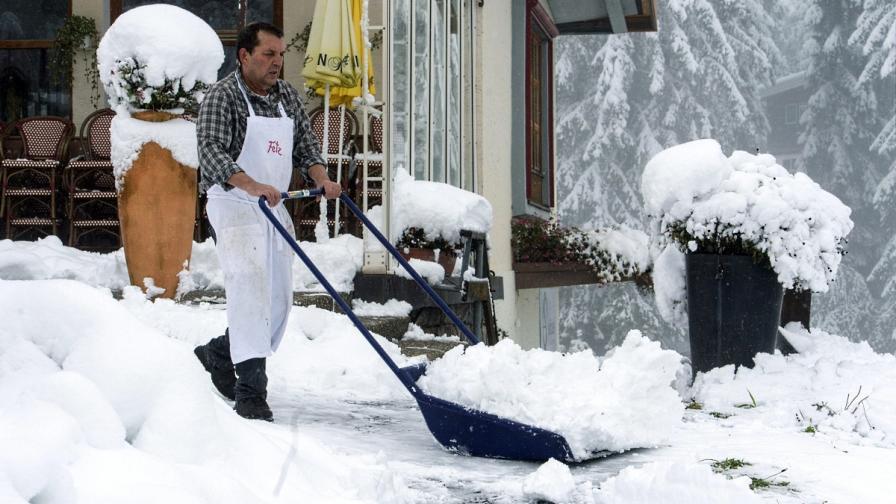 Подранилата зима спря тока и парализира трафика в Алпите