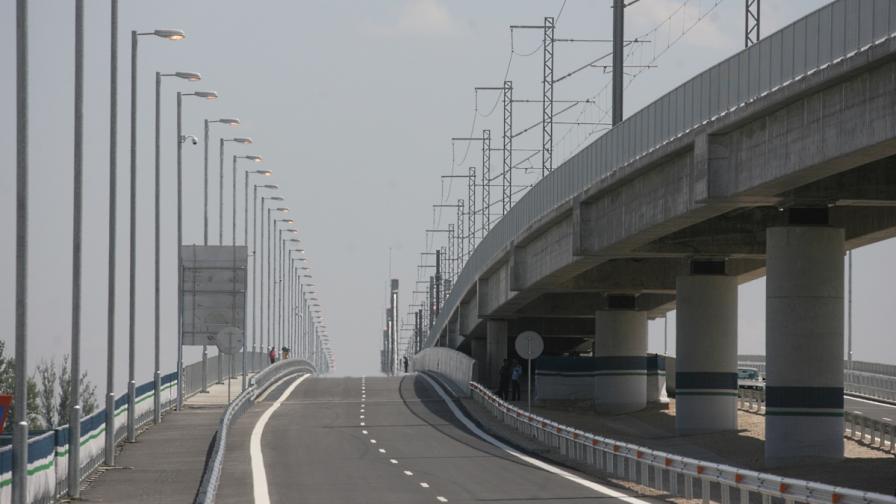 """Шофьори се оплакват от дупките на """"Дунав мост 2"""""""