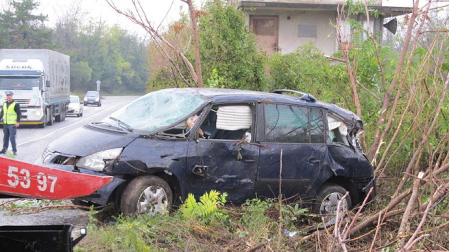 Кола се обърна на пътя Русе-Бяла заради дъжд и летни гуми