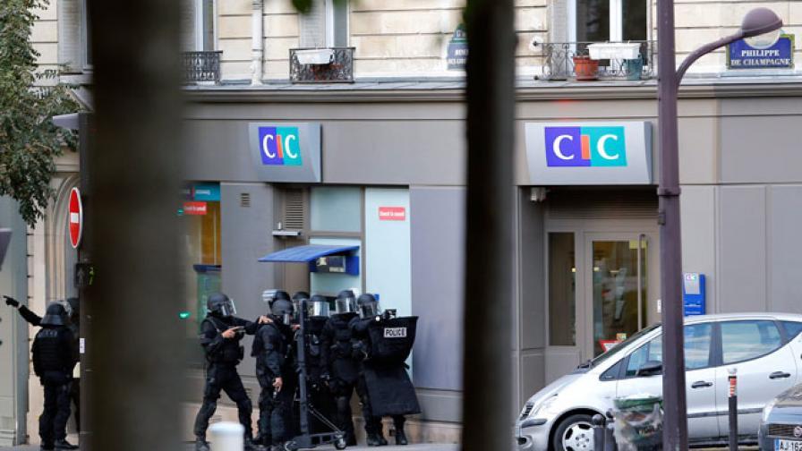 В Париж: Нападателят се предаде на полицията