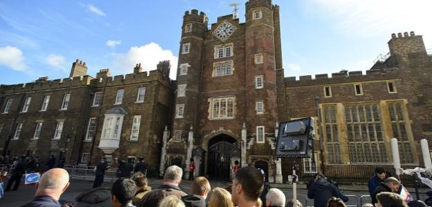 """Кръщенето на принц Джордж<br /> Вместо церемонията да се проведе в Бъкингамския дворец, Кейт решила да кръсти сина си в по-непретенциозната църква """"Chapel Royal"""""""