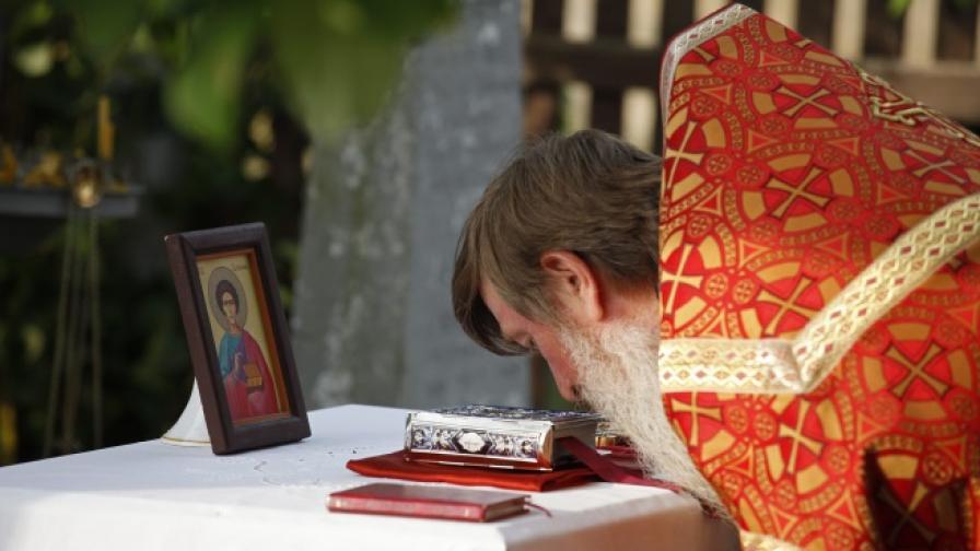 В Русия пътните полицаи обикалят със свещеници