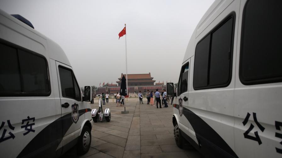 """Петима загинали при взрив на автомобил на """"Тянанмън"""""""