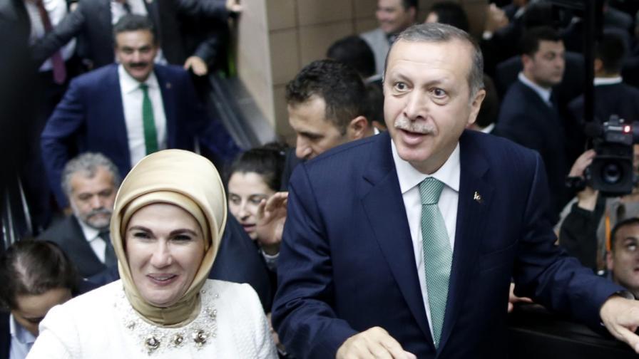 Турският премиер Реджеп Тайип Ердоган със съпругата си Емине
