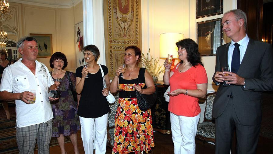 Сестрите през 2010 г., заедно с посланика на Франция в България по това време Етиен дьо Понсен
