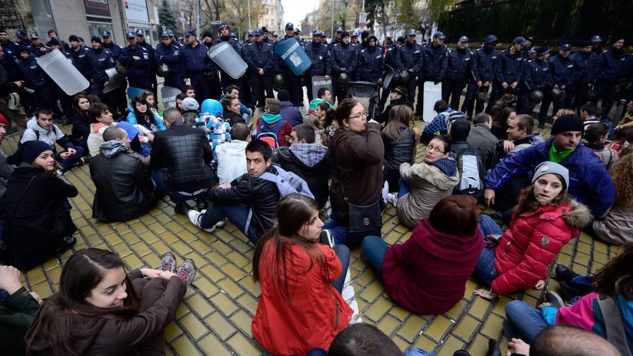 Протестиращи и полиция се надхитряха днес