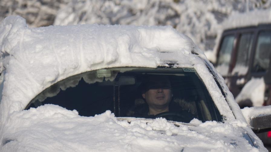 Китайски град мобилизира 50 хил. души да чистят сняг