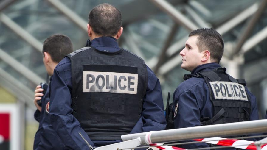 Втори ден не могат да хванат стрелеца в Париж