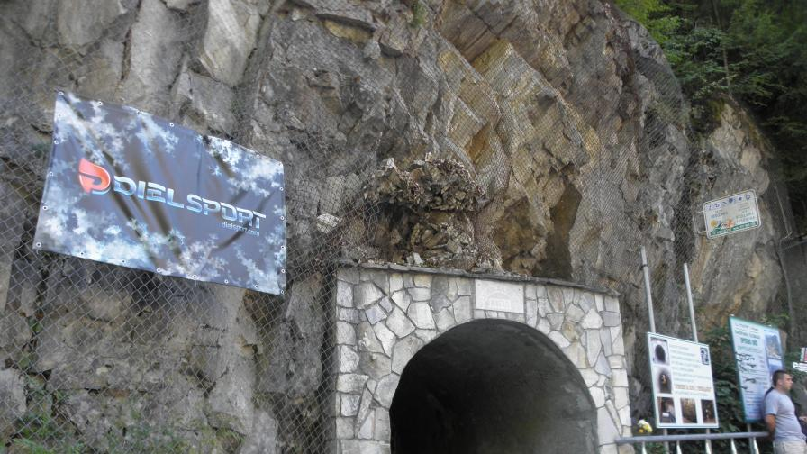 Спелеолози почистват Ягодинската пещера