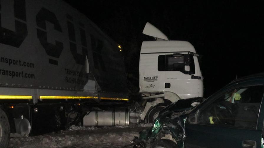Верижна катастрофа затвори пътя Русе-Бяла