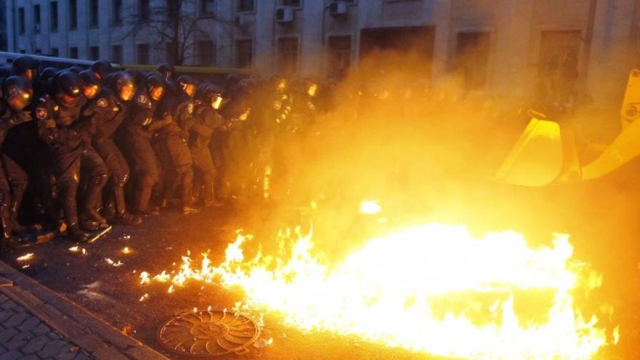 Украйна е пред извънредно положение, над 100 хиляди души на протест в Киев