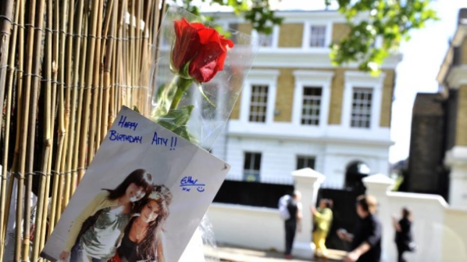 В къщата на заден план се помещава апартаментът на покойната изпълнителка