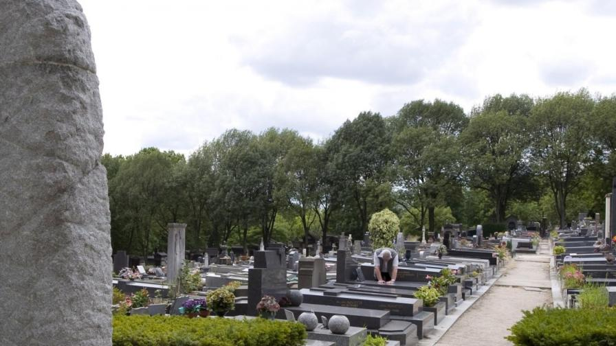 Град в Англия продава къща в гробище