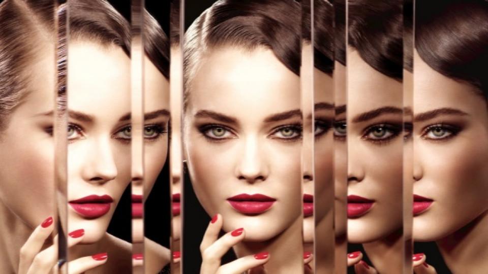 """Коледната колекция на """"Chanel"""" """"Безкрайна нощ"""" oзарява клепачите с бронзов блясък, a по устните и ноктите оставя богати тъмночервени тонове"""