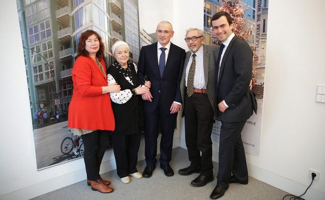 Михаил Ходорковски с родителите, съпругата и сина му