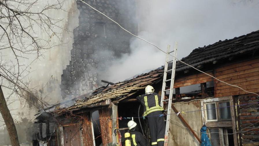 """Изгоря старата къща на """"корейците"""" в Благоевград"""