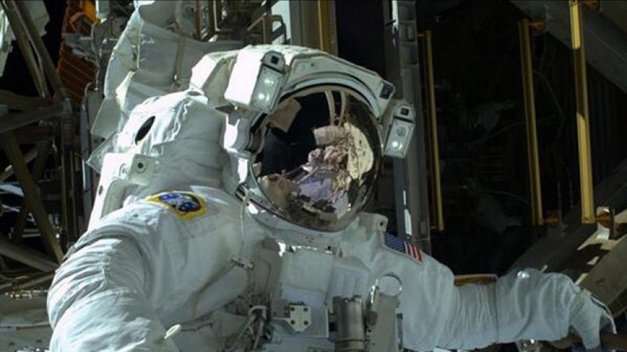 Астронавти продължават ремонта на МКС