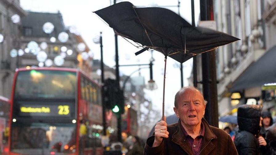 Буря остави 50 000 домакинства без ток във Великобритания