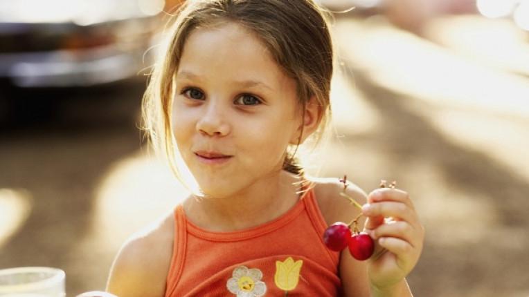 дете ядене храна плодове