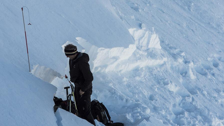 Четирима души загинаха при лавини в Швейцария
