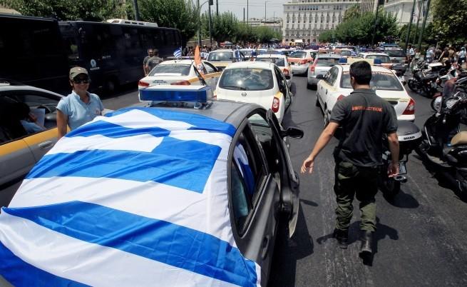 Хиляди гърци връщат регистрационни номера на автомобили