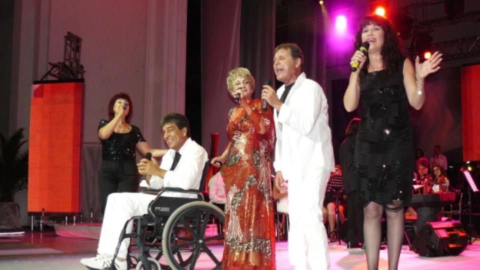 """Гого от """"Тоника"""" пя за публиката в бургаския летен театър на конкурса """"Бургас и морето"""". Снимката е от август 2013 г."""
