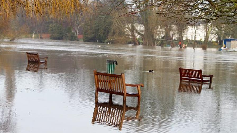 Придошлата Темза заля десетки британски градове