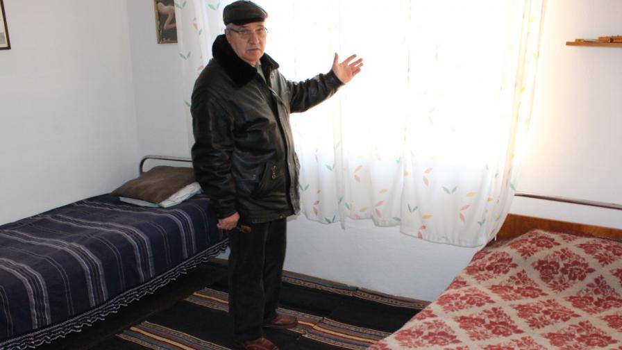 Борис Лисичков в къщата, която дава за настаняване на бежанци
