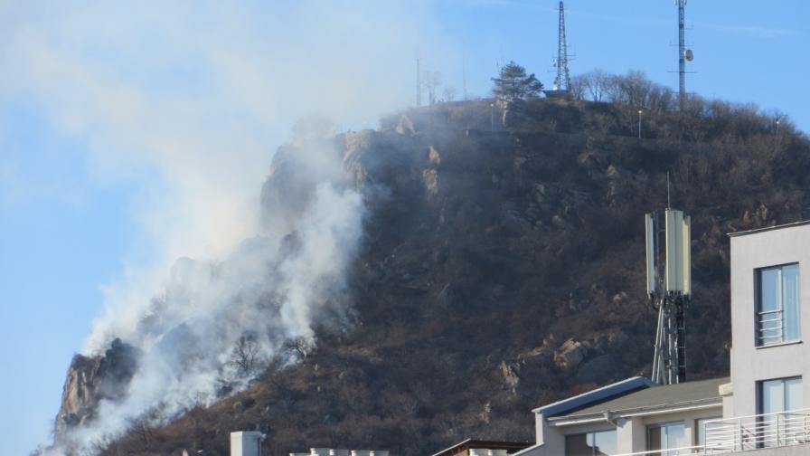 Пожар обхвана едно от тепетата в Пловдив
